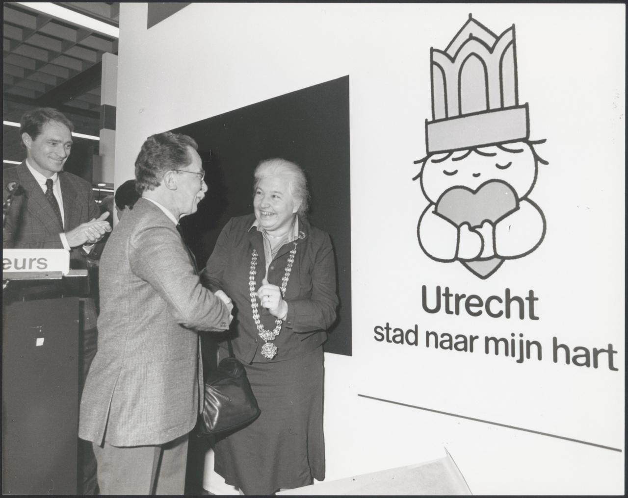 4/6 - Dick Bruna en burgemeester Vos-van Gortel op de opening van de vakantiebeurs 1986. Foto: Fotodienst van de Gemeente Utrecht. © Mercis Publishing / Centraal Museum Utrecht.