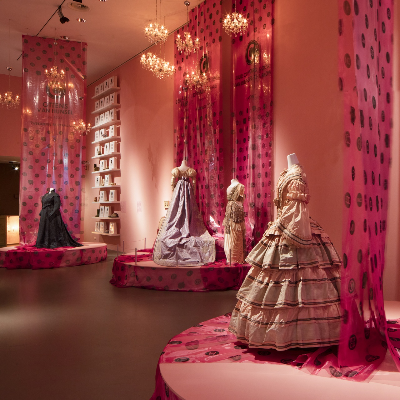 1/1 - Zaaloverzicht tentoonstelling Uit de Mode, 2017
