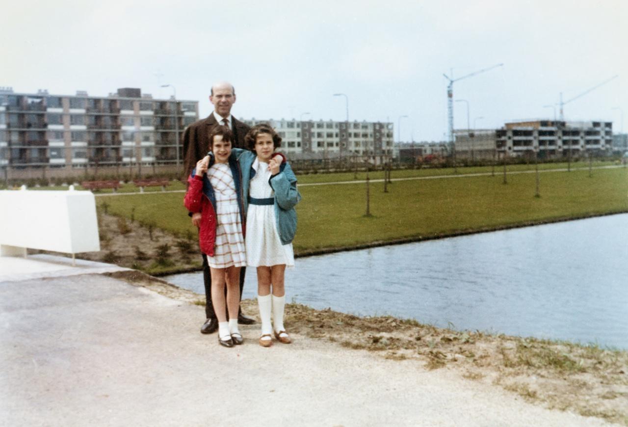Park Transwijk in 1964 met op de achtergrond flats van Kanaleneiland in aanbouw. Foto Ad Migchielsen