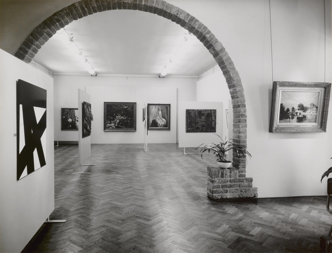Expositie van moderne schilderijen uit eigen bezit